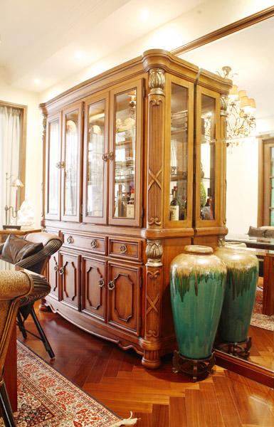 在壁炉旁端放着一张深色的欧式古典皮椅