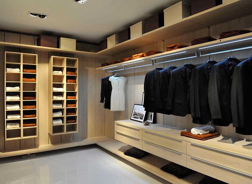 【导读】纯实木衣柜 如何鉴别真实木衣柜 实木与仿实木衣柜 贴皮实木衣柜 在选择实木衣柜时一定要看准了,现在市场上很多产品高仿造假、鱼目混珠的情况很多,像衣柜这样的大件家具一定要买到货真价实的产品。纯实木衣柜是指衣柜的所有用料都是实木,包括桌面、衣柜的门板、侧板等均采用是木制成,不使用其他任何形式的人造板。它对工艺及材质要求很高。实木的选材、烘干、指接、拼缝等要求都很严格,如果那一道工序把关不严,小则出现开裂、接合处松动等现象,大则整套衣柜变形,以至无法使用。